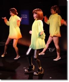 Робот-девушка на сцене выглядит вполне органично