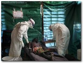 Врачи в спецодежде пытаются облегчить страдания больного геморрагической лихорадкой Эбола