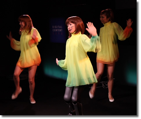 Fembot. Танцующая девушка-робот